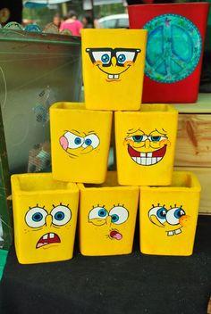 macetas pintadas a mano de cemento bob esponja x 3 unidades Flower Pot Crafts, Clay Pot Crafts, Diy Home Crafts, Crafts For Kids, Arts And Crafts, Diy Bottle, Bottle Art, Bottle Crafts, Painted Plant Pots