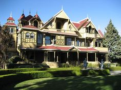 Winchester Mystery Mansion, San Jose, CA. This was my dream house when I was a kid! Mysterious Places On Earth, Winchester Mystery House, Most Haunted Places, Old Houses, Haunted Houses, Nice Houses, Victorian Homes, My Dream Home, Dream Homes