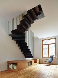 Een kast als optrede naar een hangende stalen trap. Ontwerp van Edouard Brunet & François Martens.