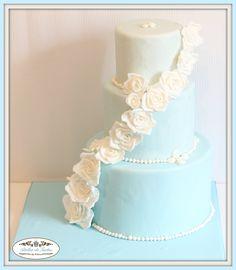 White roses wedding cake in Mallorca made by Atelier de Tartas, Tartas fondant bodas, rosas blancas tarta, tarta 3 pisos boda, Mallorca wedding cakes, Tartas decoradas Mallorca
