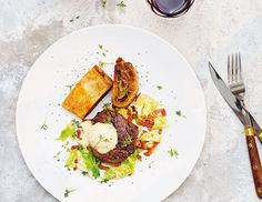 Oxfilé med baconstekt savoykål, smördegsinbakad potatis och senapsgrädde — Viva Vin & Matklubb