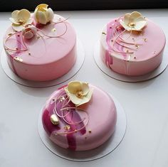 Some of that popular gloss icing covers these small pink cakes, with sugar flower toppers. Fancy Desserts, Fancy Cakes, Mini Cakes, Delicious Desserts, Dessert Recipes, Beautiful Desserts, Gorgeous Cakes, Pretty Cakes, Amazing Cakes
