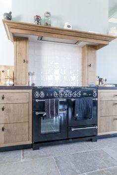 Landelijke keuken met Falcon Kitchener 110 fornuis in de oude schouw. Vloer van natuursteen - Bourgondische Dallen van Kersbergen natuursteen