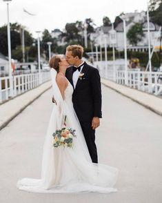 The power of love   @fotografkarinaronning  #hope  __________________________________ @roandraff  #weddingtrend2020 #wedding2020 #brud #bride #bouquet #whiteroses #cleanstile #love #trend #fashion #oslo #norway #norge #grandhotel #weddingphotography #weddingphotos