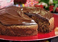Banankage med chokolade smager fantastisk og denne opskrift på banankage er svampet, fyldt med mørk chokolade, og så er den toppet med en lækker chokolade-creme