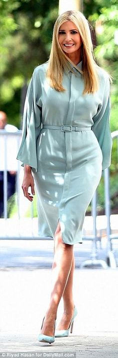 Ivanka Trump puts on glamorous display for morning TV interview - Secretary outfits - Women in Uniform Ivanka Marie Trump, Ivanka Trump Style, Secretary Outfits, Very Beautiful Woman, First Lady Melania, Blue Shirt Dress, First Daughter, Curvy Fashion, Dress To Impress