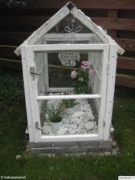 Kuvahaun tulos haulle lyhty vanhoista ikkunoista Garden Projects, Diy Projects, Mini Greenhouse, Outdoor Crafts, Terrarium Diy, Old Windows, Diy Patio, Garden Gifts, Yard Art