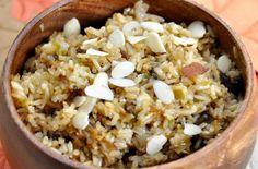 Σπυρωτό ή χυλωμένο με κρεμμυδάκι, σκόρδο, μανιτάρια και μυρωδικά ή και σκέτο, το πιλάφι είναι η κλασική γαρνιτούρα για κρεατικά, αλλά μπορεί κάλλιστα να αποτελέσει από μόνο του ένα νόστιμο και εύκολο κύριο πιάτο. Πιλάφι λιγότερο ή περισσότερο χυλωμένο ή σπυρωτό;Ποια είδη ρυζιού ενδείκνυνται για τί είδους πιλάφια, αναλογίες, μυστικά, ιδέες για νόστιμα πιλάφια.  Αν χρησιμοποιήσετε Καρολίνα ή Νυχάκι, είναι καλό να τα ξεπλύνετε πρώτα σε ένα σουρωτήρι λεπτό, κάτω από τρεχούμενο ν...