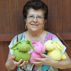Conejos de Pascua hechos con un cuadrado tejido a palitos o dos agujas! Easy Crochet, Free Crochet, Knit Crochet, Knitted Dolls, Crochet Dolls, Easter Crochet Patterns, Amigurumi Patterns, Crochet Rabbit, Knitted Flowers