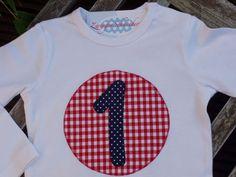 Auf das weiße Langarm-T-Shirt für Jungen und Mädchen habe ich mit bunten Baumwollstoffen eine süße Jahreszahl-Applikation aufgebracht. Dieses T-Shi...