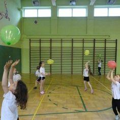 Pierwszoklasiści z Parszowa mieli okazję ćwiczyć z wykorzystaniem nietypowych przedmiotów. Niby to tylko baloniki i gazetowe kulki a ile zabawy - zajęły im całą lekcję! Pomysły na ciekawe ćwiczenia z tymi przyrządami znajdziecie tu: http://blogiceo.nq.pl/sportwparszowie/2015/05/11/gazeciano-balonowe-zajecia-wych-fizycznego-w-klasie-i/
