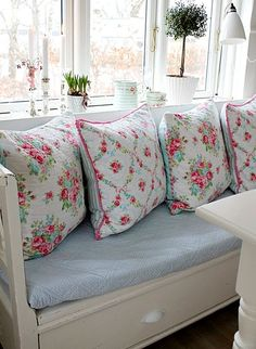 Shabby Chic florals on a beautiful window seat. Cottage Shabby Chic, Shabby Chic Mode, Shabby Chic Vintage, Shabby Chic Kitchen, Shabby Chic Style, Shabby Chic Decor, Cottage Style, Rose Cottage, Shabby Chic Cushions
