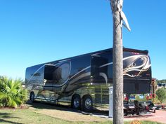 Prevost at Bella Terra Motorcoach Resort. Luxury Campers, Luxury Bus, Rv Campers, Prevost Bus, Cool Rvs, Fun Travel, Motor Homes, Busses, Tent Camping
