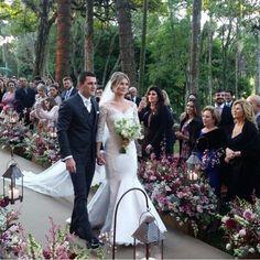Recém casados ! A beleza da Mariana foi feita pelo @erickmake , que também clicou essa foto #regram #vestidodenoiva #wandaborges
