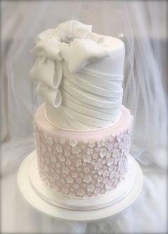 Wedding cake with white small flowers and ribbons and bow. Hääkakku pienillä valkoisilla kukilla sekä rusetti ja nauhoja www.kakkuhelmi.fi