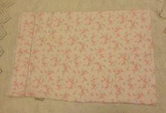 Taie d'oreiller petites fleurs – fait à la main de la boutique JacquardVichy sur Etsy Pillow Cases, Boutique, Handmade, Etsy, Cotton Lace, White Cotton, Scrap Fabric, Fabrics, Little Flowers