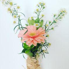 Inspiração dos delicados arranjos do fim de semana pra começar bem o dia! #oitominhocas #arranjofloral #floweroftheday #flowerlovers #decoração #casalinda