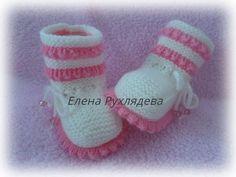 Der Neu Пинетки спицами и крючком.Booties knitting and crochet - Y. Crochet Baby Poncho, Crochet Hooded Scarf, Knit Baby Dress, Knitted Baby Clothes, Crochet Baby Booties, Free Baby Patterns, Baby Knitting Patterns, Baby Shoes Pattern, Crochet Angels
