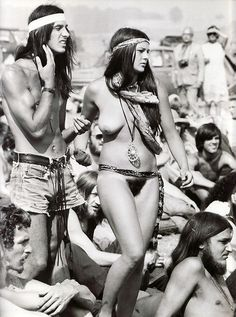 Woodstock: His & Her headbands and living Au Naturale! I 25 Groovy Trends Spotted From Woodstock Festival Street Style 1969 Woodstock, Woodstock Festival, Woodstock Hippies, Woodstock Music, Woodstock Photos, Hippie Style, Hippie Man, Hippie Life, Hippie Couple