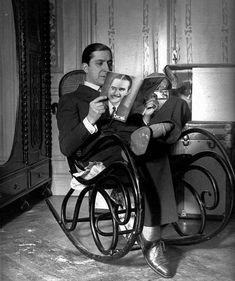 Carlos Gardel,leyendo plácidamente sentado en su mecedora,en su casa de Jean Jaures 735.Año 1933.