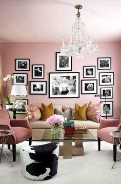 Σπίτια για όλα τα γούστα Μη διστάσετε να παίξετε με τα κάδρα στους τοίχους. Επιλέξτε ασπρόμαυρες φωτογραφίες με τοπία ή κάντε τις προσωπικές σας φωτογραφίες ασπρόμαυρες. Επιλέξτε τα κάδρα που σας αρέσουν και τοποθετήστε τα ασύμμετρα στον τοίχο.