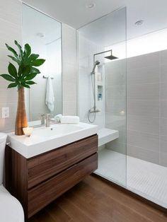 Comtraste entre piso madera y muro claro