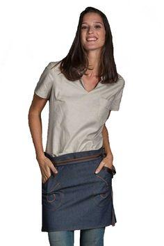 El delantal sin peto corto de Dyneke es de estilo tejano. Tiene dos bolsillos con pieza de piel marrón decorativa y pespuntes en cinturilla. Sus cintas son de un degradado en tostados y gris. Mide 40cm de largo x 90cm de ancho. Dispones también de delantal con peto y estola de la misma serie. De larga duración y fácil mantenimiento. #MasUniformes #RopaLaboral #UniformesDeTrabajo #VestuarioOnline #Dyneke