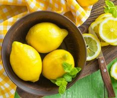 Do you want to lose 1 - 2 pounds per day, and at the same time detoxify your body? If yes, then lemon cayenne pepper diet is just the right option for you. This NutriNeat article tells you all you need to know about it. Lemon Cheesecake Bars, Troubles Digestifs, Lemonade Diet, Gastro, Natural Beauty Recipes, Detoxify Your Body, Lemon Benefits, Nutrition, Lemon Essential Oils