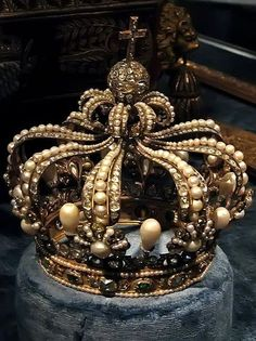 Stunning Queen of Bavaria crown contains huge pearls and large diamonds. As part of a republican Germany, Bavaria has not had a monarch since 1918 but the Bavarian Crown Jewels are still on show in the Treasury of the Residenz Palace in Munich Royal Crowns, Royal Tiaras, Crown Royal, Tiaras And Crowns, The Crown, Golden Crown, Thurn Und Taxis, Bijoux Art Deco, Royal Jewelry