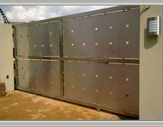 Stainless steel driveway gates - galvanized panels and wood? Steel Gate Design, Fence Design, Door Design, House Design, Stainless Steel Gate, Gate Automation, Backyard Plan, Steel Railing, Driveway Gate