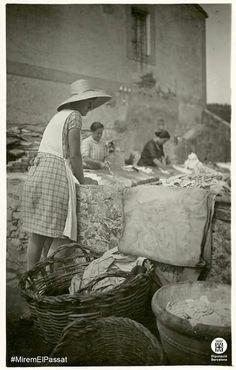 Dones rentant en un safareig públic a la Barceloneta (entre 1920-1930). Foto: Narcís Ricart i Bagués. Diputació de Barcelona. Fons SPAL