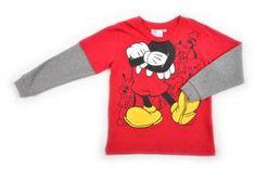 Camiseta para niño, en color rojo. Mangas cortas y con doble manga larga por debajo en color gris. Estampado con el cuerpo de Mickey.