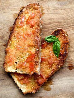 Pan tostado, con un aceite, tomate, una pizca de sal y de ajo