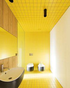 Este banheiro colorido apostou na força do amarelo e acertou! O surpreendente é que todo o restante da casa é minimalista e monocromática. Veja no site da Casa Vogue