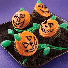 Jack-O'-Lantern Cupcakes Recipe from Land O'Lakes -- Using crushed chocolate sandwich cookies have a pumpkin patch of Jack O' Lanterns Halloween Sweets, Halloween Cupcakes, Halloween Crafts, Happy Halloween, Halloween Party, Halloween Tricks, Halloween Images, Halloween Stuff, Recipes