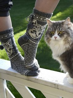 Kittycats / Kissimirrit pattern by Lumi Karmitsa Sweater Knitting Patterns, Knitting Socks, Baby Knitting, Knitted Cat, Knitted Gloves, Crochet Hairband, Knitting Daily, Felted Slippers, Crazy Socks