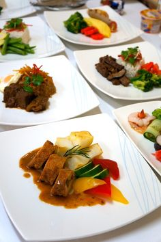 The delectable inflight meals for Garuda's international business class, served attractively on the plates. Photo by Kes...