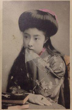 今からおよそ100年前、明治期の絵葉書で見つけた現代でも余裕で通用する美しすぎる女性たちを紹介します。