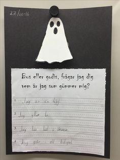 Jag gjorde en svensk variant på en uppgift jag hittat här på Pinterest. Spöket är limmat i ovansidan och lyfter man på det sitter en läskig bild på barnet under.