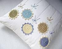 Mám fialovú sukničku a levanduľku sestričku. Crochet Cushion Cover, Crochet Cushions, Crochet Pillow, Crochet Doilies, Crochet Stitches, Crochet Patterns, Cushion Embroidery, Hand Embroidery Patterns, Crochet Afgans