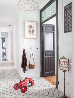 Un appartement entre vintage et classique - PLANETE DECO a homes world The Effective Pictures We Offer You About World Cuisine restaurant A quality picture can tell you many things. You can find the m Style At Home, Madrid Apartment, Apartment Door, Tiled Hallway, Entry Hall, Home And Deco, Home Fashion, Home Decor Inspiration, Sweet Home