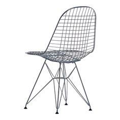 Wire Chair från Vitra är formgiven av Charles och Ray Eames och en variation på samma tema som de berömda organiskt utformade skalstolarna av samma upphovsmän. Wire Chair finns med olika underreden och kan fås helt utan dyna, med sittdyna samt med både sitt- och ryggdyna.Välj mellan utförandena krom och pulverlack. Wire Chair DKR med pulverlack går att använda utomhus.