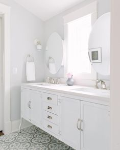 This Jill & Jill bathroom shared by two of the sweetest girls turned out so lovely. ❤️ #katemarkerinteriors #girlsbathroom #bestfriendclient