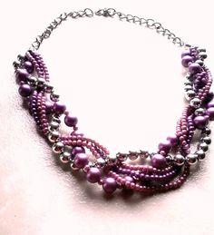 Maxi colar trançado lilás com detalhes em pedras prateadas. R$ 14,99
