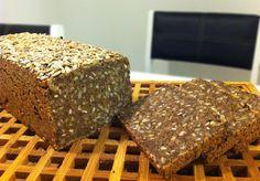 Opskrift på nemt og lækkert koldhævet rugbrød uden surdej. Rugbrødet bliver lavet på gær, øl og et surmælksprodukt, hvorefter det koldhæves.