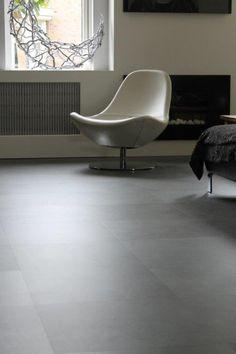 PVC tegelvloer betonlook. Geplaatst in keuken, woonkamer en hal.