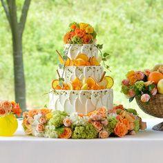 AMANDAN HILLS-アマンダンヒルズ-|結婚式場写真「さわやかなパーティを演出してくれるウエディングケーキ。オレンジやレモンなどフレッシュなフルーツをふんだんに使用しました。「ブーケ」をイメージしたケーキなので華やかにパーティを彩ってくれるはず。」 【みんなのウェディング】