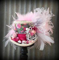 Thee iedereen? Hoe zou iemand u weigeren? Natuurlijk neem ze wat thee als u deze cutie hoed draagt! De thee-cup is klaar om te serveren een druppel of twee van uw beste brouwsel klaar. Zo lief! Het mooie papier boeket is ook gewoon dromerige! Een comfortabele elastiek van uw keuze van