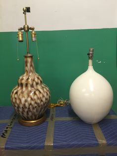 #640 1 white lamp,  1 brown/white lamp