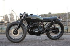 Not typically a Honda guy, but this is nice Cb400 Cafe Racer, Cafe Racer Honda, Cafe Bike, Cafe Racer Bikes, Cafe Racers, Brat Bike, Vintage Bikes, Vintage Motorcycles, Honda Cb400